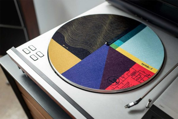 Premium felt record player mat with circuit design on Hi-Fi turntable. Features a no-scratch surface and classic designs shaped to fit all turntable sizes.